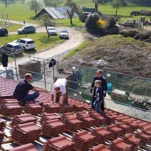 Beim Dachdecken auf dem Dach