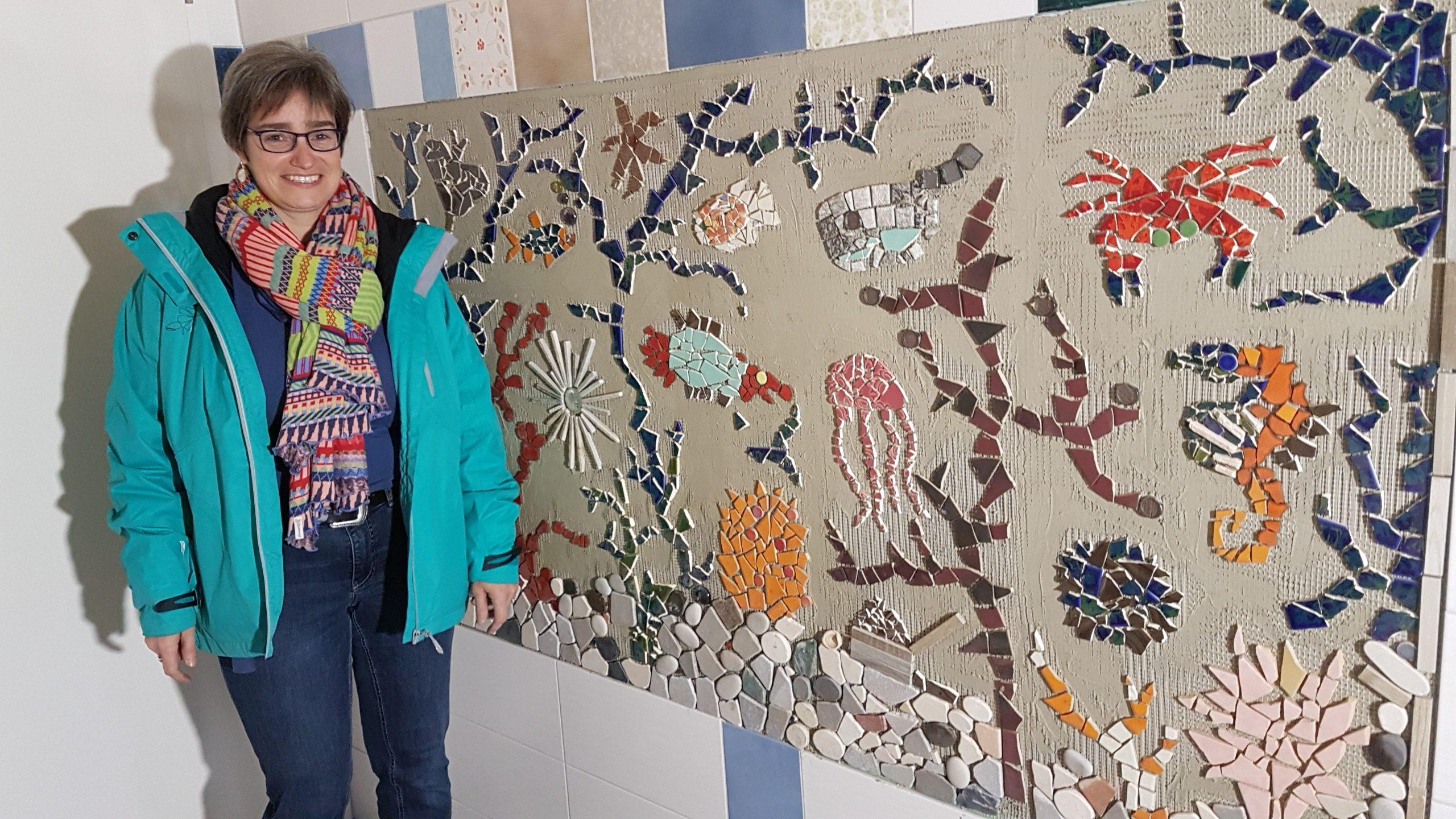 Silke Schreiber vor dem ersten Mosaik im Waschraum