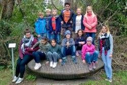Gruppe Schulkinder in der Natur