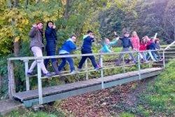 Schulkinder bei einem Herbstspaziergang
