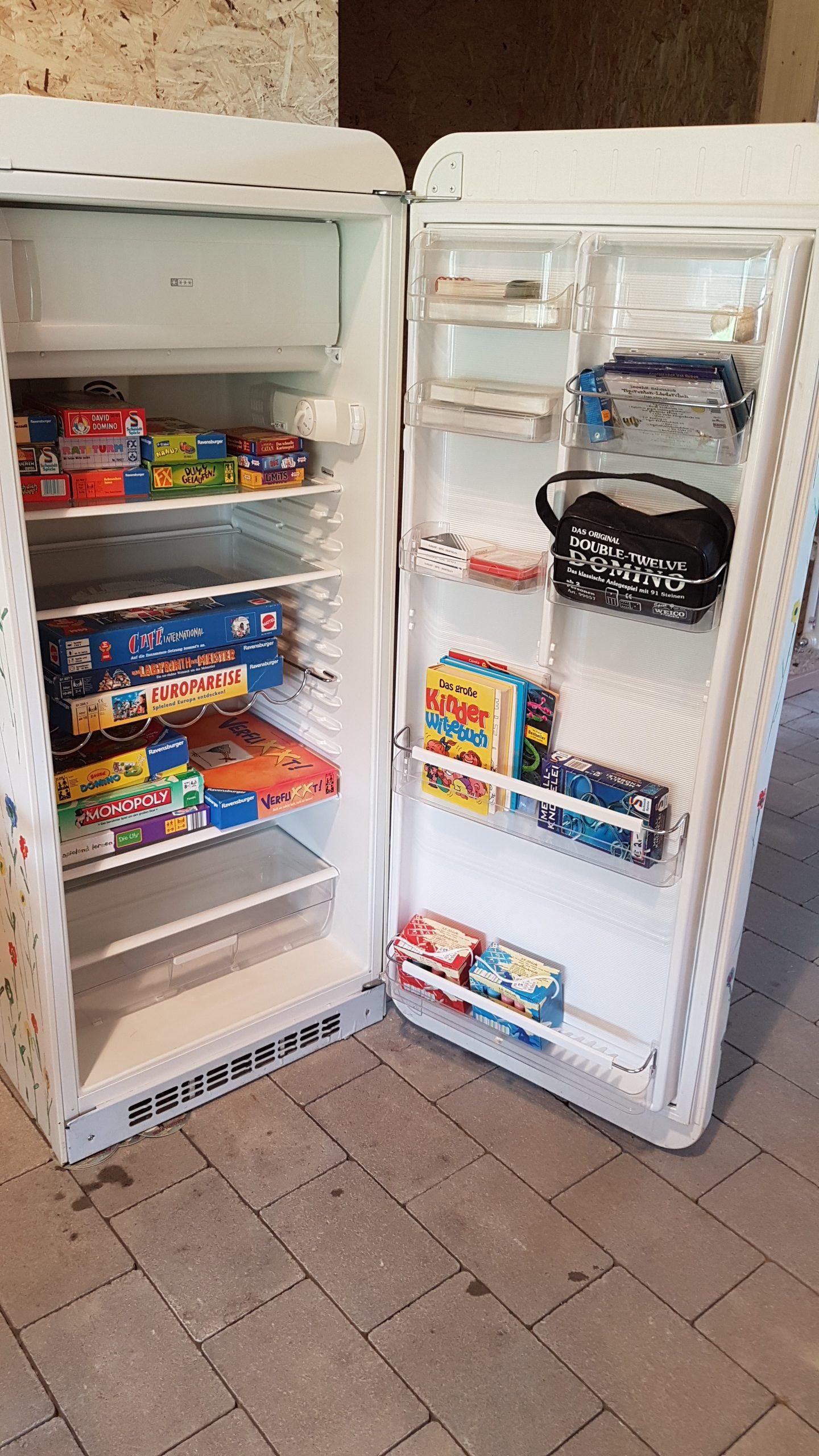 Alter Kühlschrank als Spiele-Schrank