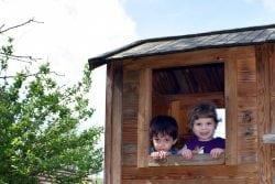 Kinder in Holzhütte